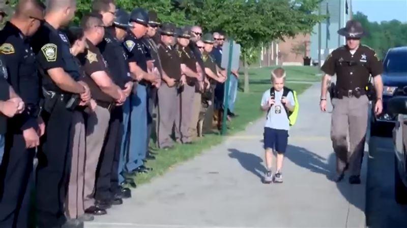 Сын погибшего полицейского прибыл в школу в сопровождении 70 коллег отца