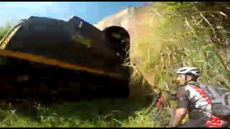 Велосипедисты въехали в тайный тоннель и чудом спаслись от поезда