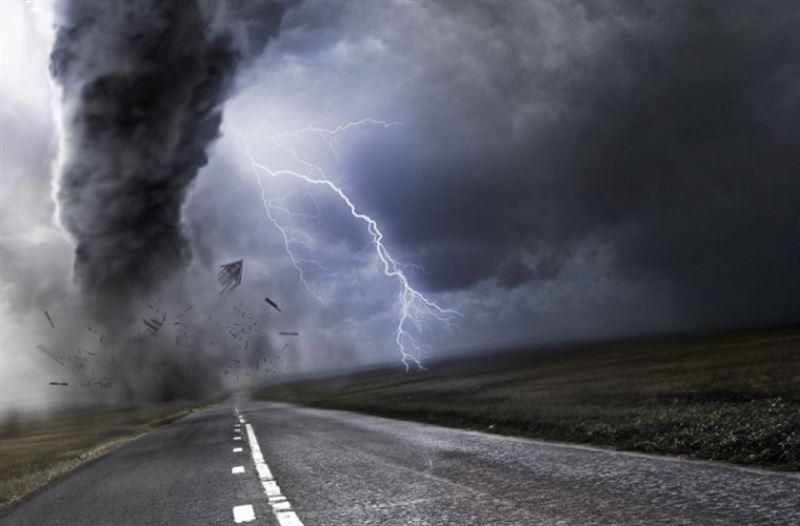 Ужасающий торнадо в Германии крушил все на автодороге