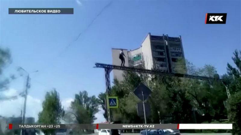 Пляски над проспектом на высоте 5 метров устроил житель Уральска