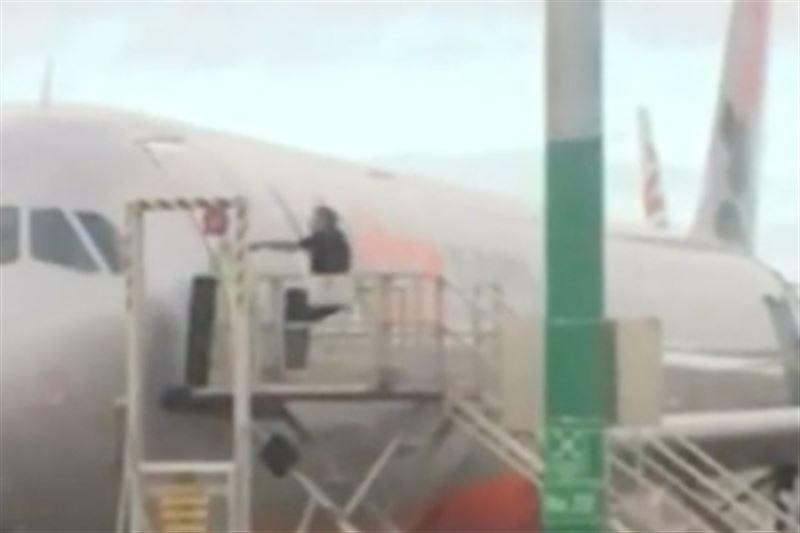 ВИДЕО: Рейсінен кешіккен пассажир ұшақ есігін сындырмақшы болған
