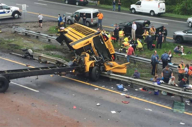 Школьный автобус столкнулся с грузовиком, погибли два человека