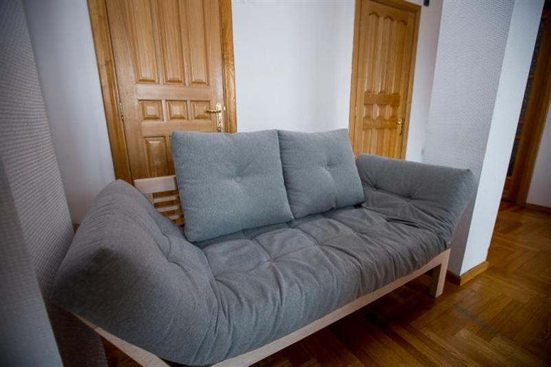 Үш жастағы бала диванға қысылып көз жұмды