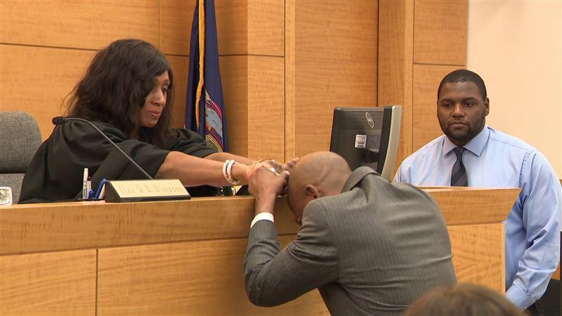 Американец, оправданный после 17 лет тюрьмы, расплакался в суде