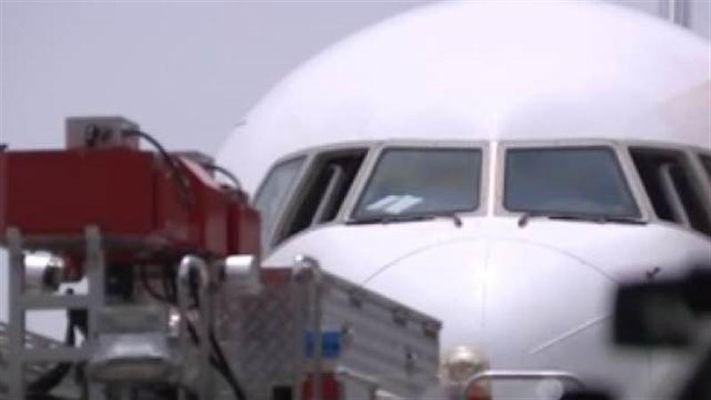 В Токио самолет японской авиакомпании загорелся при взлете