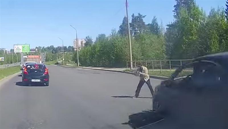 ВИДЕО (18+): Мужчина погиб после того, как его дважды переехали автомобили