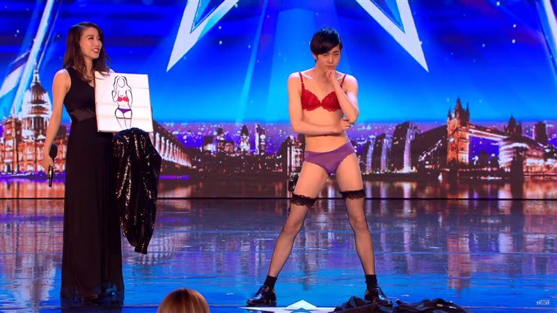 Маг предстал перед жюри шоу талантов в алом бюстгальтере, фиолетовых трусах и не прогадал