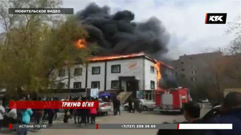 В Кокшетау вспыхнул двухэтажный торговый центр