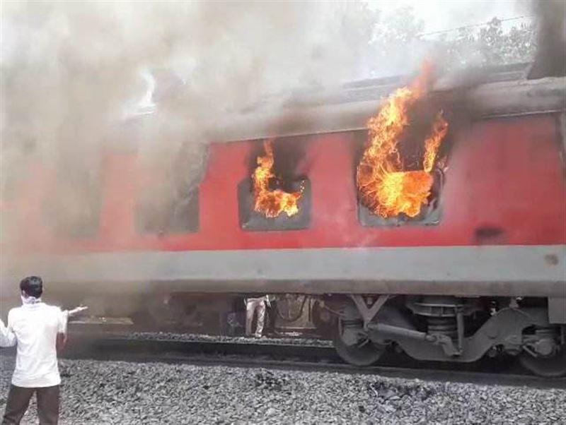 В Индии пассажирский поезд охватило огнем