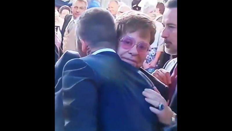 Необычное приветствие: Бекхэм и Элтон Джон поцеловались на свадьбе принца Гарри