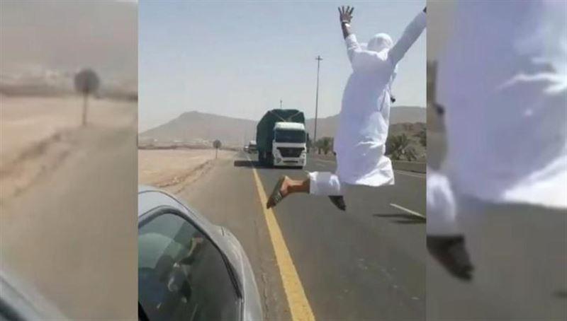 ВИДЕО: Мужчину арестовали за опасный трюк перед фурой