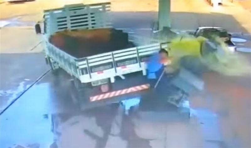 ШОК (18+): Грузовик без водителя задавил уборщика