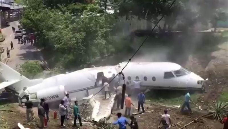 Самолет с гражданами США на борту разломился пополам