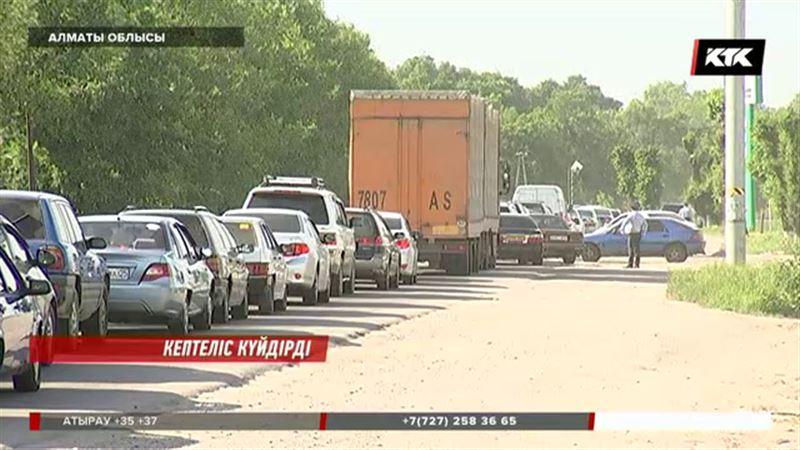 Алматы-Жетіген тас жолында кептелістен мезі болған жұрт шу шығарды