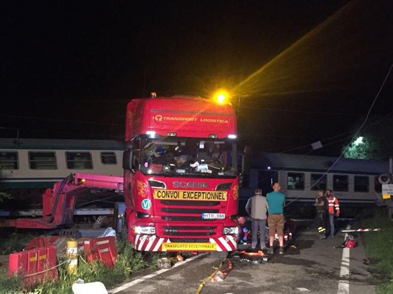 Два человека погибли при столкновении поезда с грузовиком в Италии