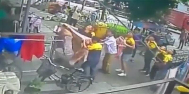 ВИДЕО: Прохожие словили мальчика, выпавшего с шестого этажа