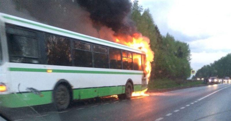 ВИДЕО: Киров маңында жолаушылар автобусы өртеніп кетті