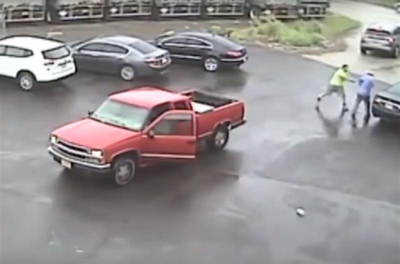 Американец с кувалдой разбил автомобиль и избил пассажира