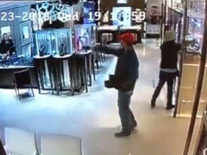 Дерзкое ограбление: За 27 секунд два вора украли драгоценности и обогатились