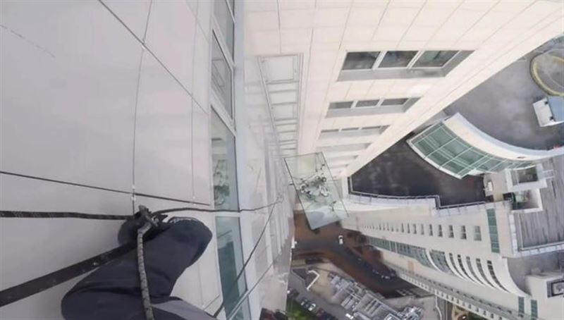 В Москве с 47-го этажа монтажники уронили 380-килограммовое стекло