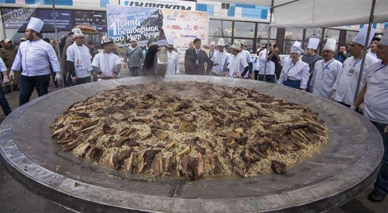 ВИДЕО: Қырғыздар әзірлеген 1,5 тонна бесбармақ Гиннесс кітабына енді