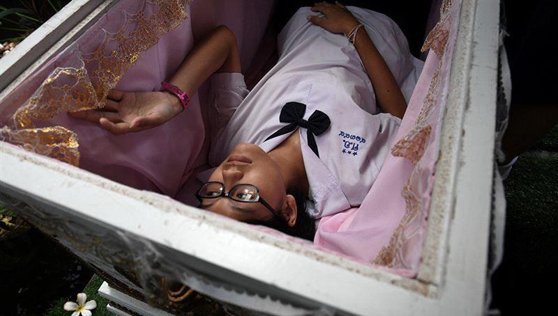 В кафе в Таиланде посетителям предлагают полежать в гробу