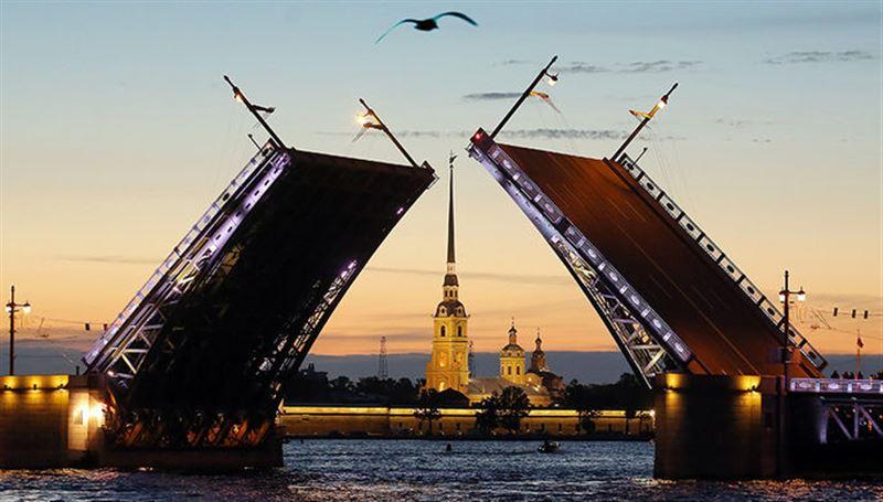 Спортсмен прошел по канату через разведенный Дворцовый мост