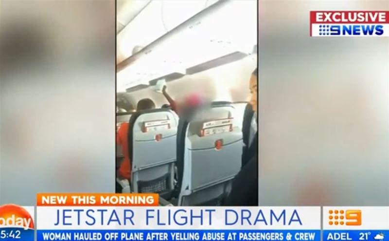 На борту самолета дебоширка довела детей до слез и отбивалась от стюардесс Библией