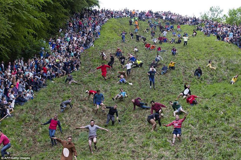 В Англии прошел традиционный забег за бесплатным сыром