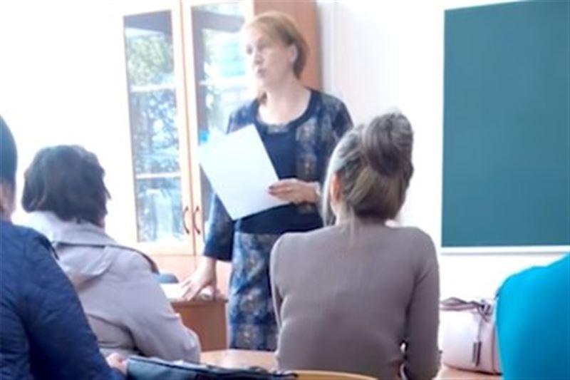 ВИДЕО: Ақша төлемегені үшін оқушыны сынып алдында қорлады