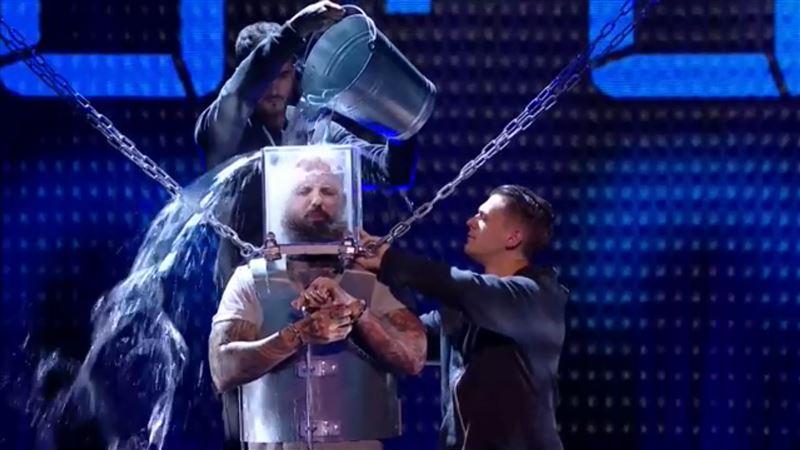 Выступление участника шоу, надевшего на голову заполненный водой куб, едва не обернулось трагедией