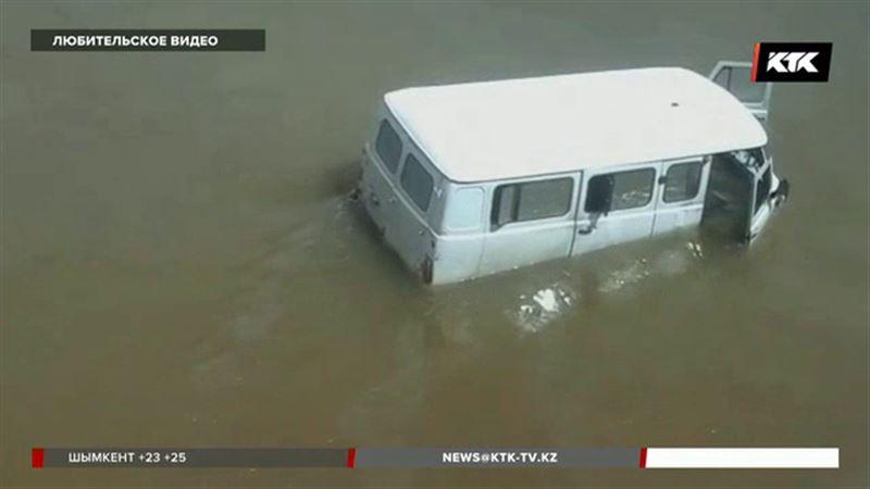 Павлодарец утопил в реке машину прямо рядом с мостом