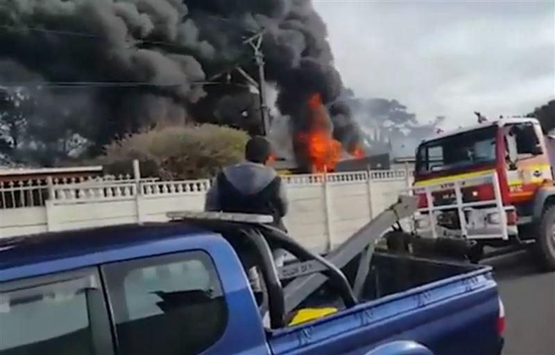 В Кейптауне на ходу оказался подожжен поезд