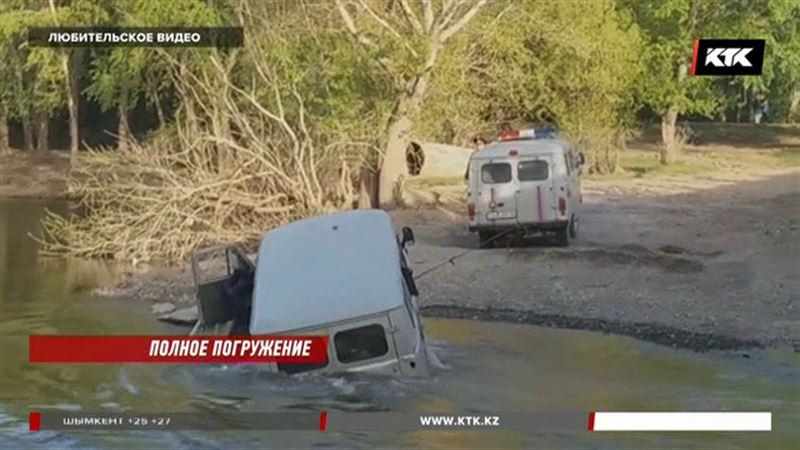 Павлодарец утопил машину, решив вброд преодолеть реку