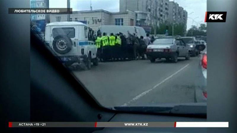 В Семее столкнулись два уазика – полицейские и медики