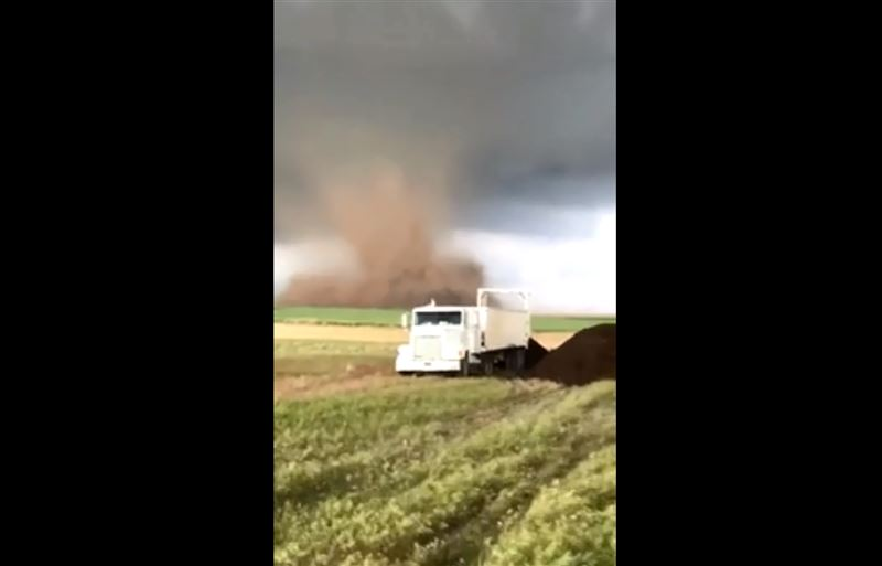 ВИДЕО: Фермера в грузовике окружили три торнадо