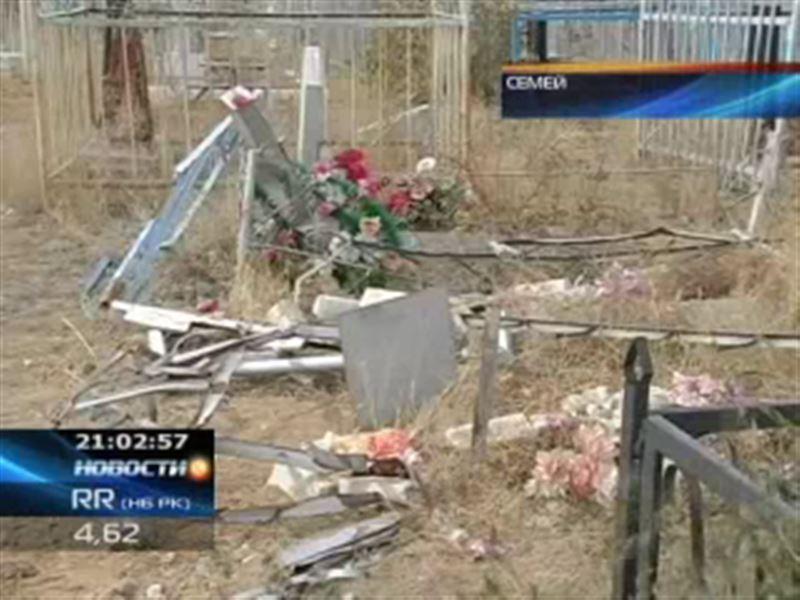 В Семее пьяный водитель на огромной скорости протаранил могилы