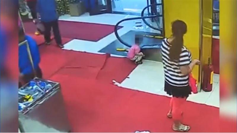 Мать наблюдала за тем, как руку ее ребенка затянуло в эскалатор