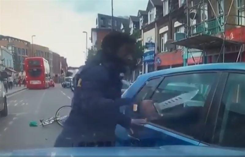 ВИДЕО: Велосипедист с огромным ножом набросился на едва не сбивший его автомобиль