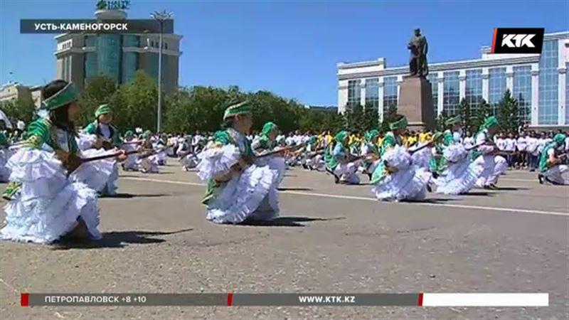 Юные музыканты, певцы и танцоры прошлись под музыку в Усть-Каменогорске