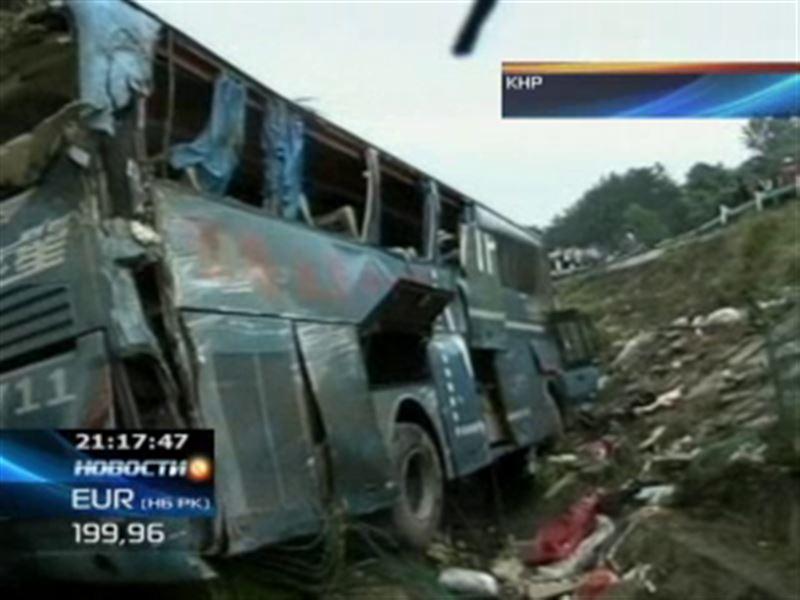 В Китае на горной дороге перевернулся автобус с туристами