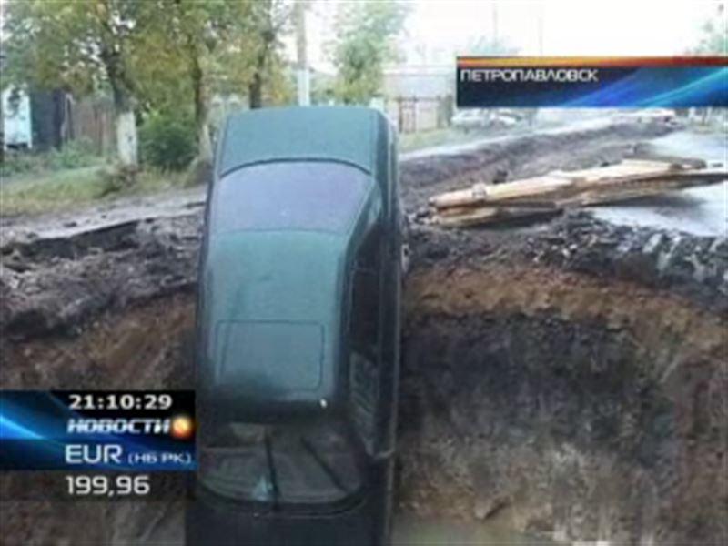 В Петропавловске автомобиль угодил в огромную яму
