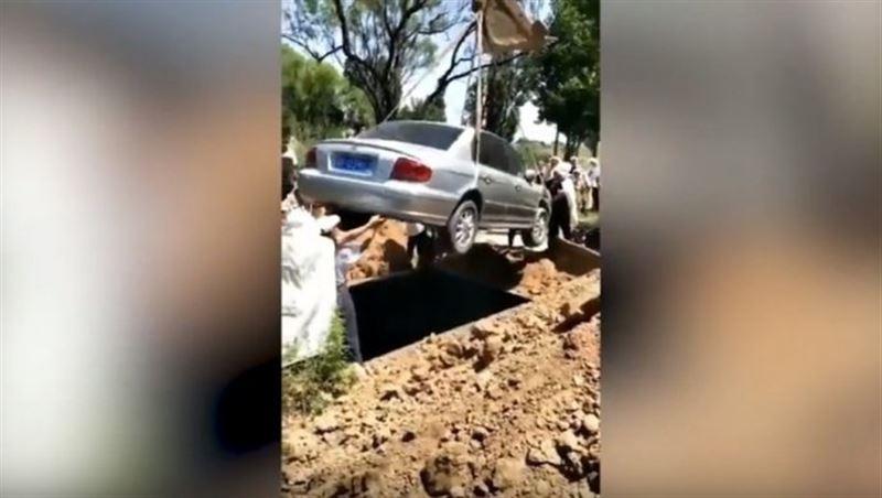 Последняя воля покойника. В Китае мужчину похоронили в автомобиле