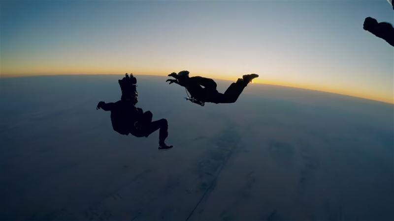 Ради сцены в фильме Том Круз несколько раз прыгал с парашютом