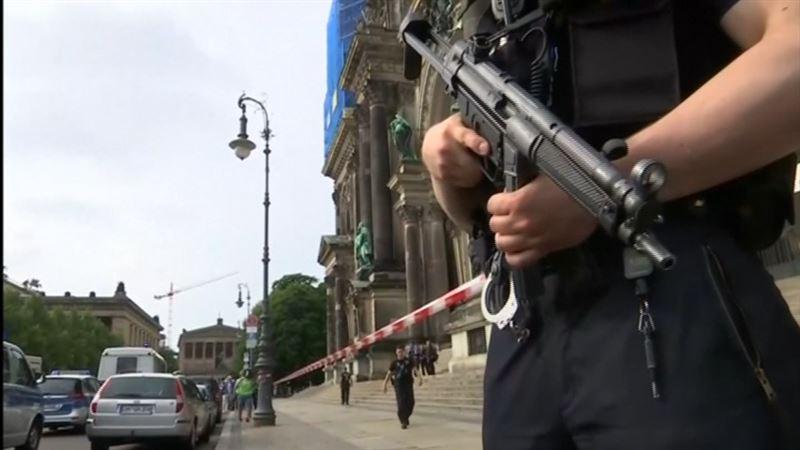 ВИДЕО: Полиция қызметкері жанжал шығарған адамды атып тастады
