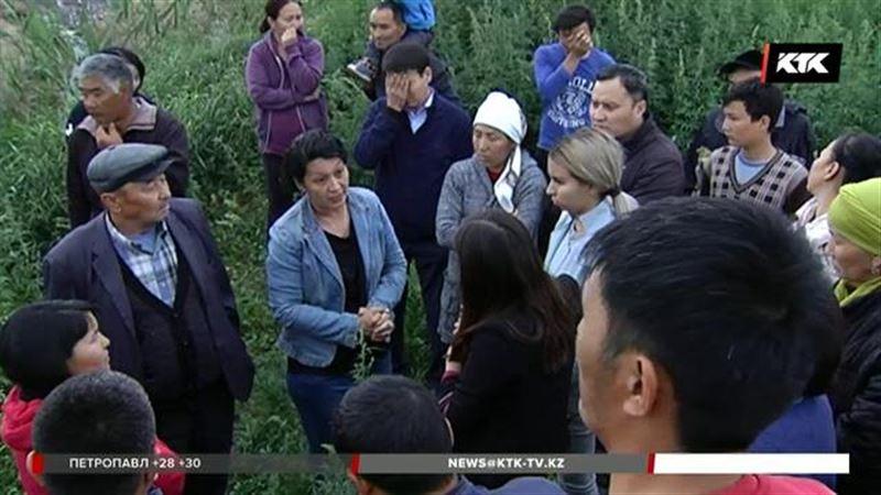 Алматы облысында бүтін бір ауыл жұрты сүт фермасымен айқасып жүр