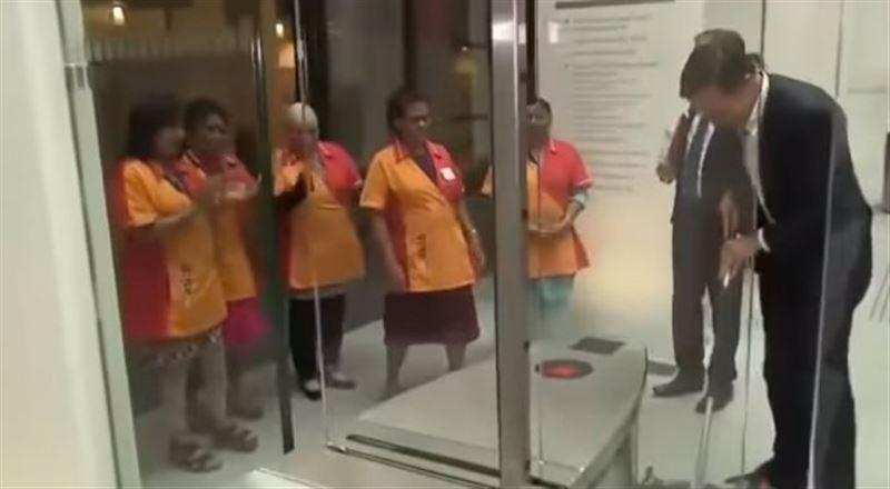Премьер Нидерландов помыл пол в парламенте под аплодисменты уборщиц