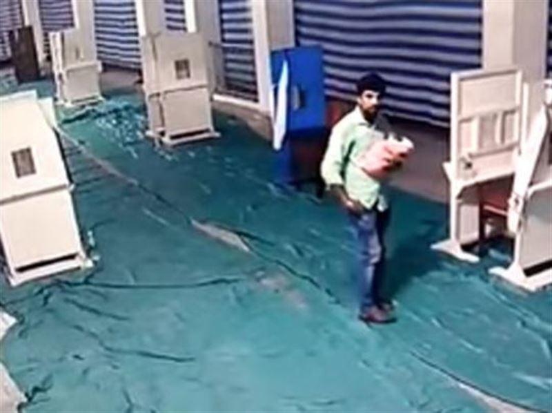 ВИДЕО: Балаларының көптігінен ұялған әке, біреуін тастап кетті