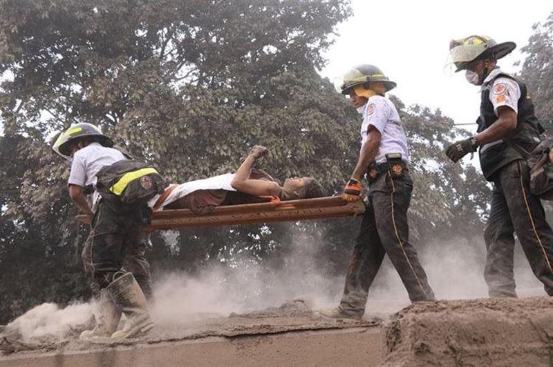 ВИДЕО: Адамдар Гватемаладағы жанартау атқылауынан қашуға тырысуда