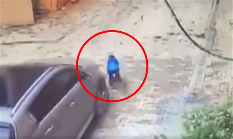 ШОК: Трехлетний мальчик выжил после наезда матери на машине